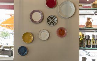πιάτα στον τοίχο