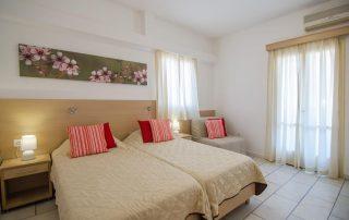 Διακόσμηση δωματίου ξενοδοχείου με χρωματιστά μαξιλάρια