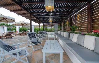 Διακόσμηση καθιστικού πισίνας ξενοδοχείου